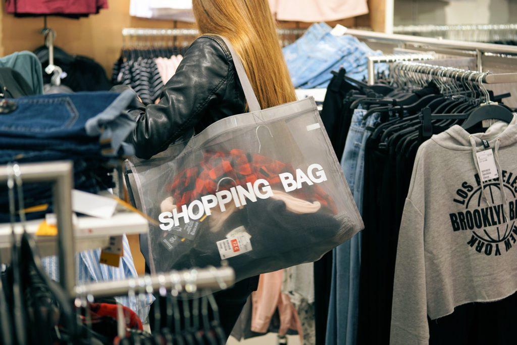いざ、ドイツに出発! 女性が抱えるショッピングバック