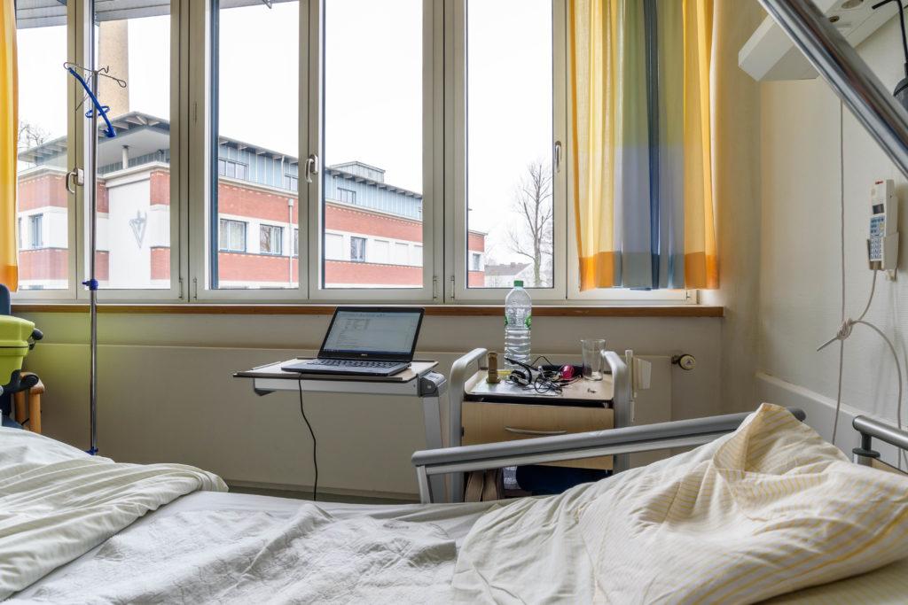 ドイツ留学保険・ワーホリ保険 病院のベット机