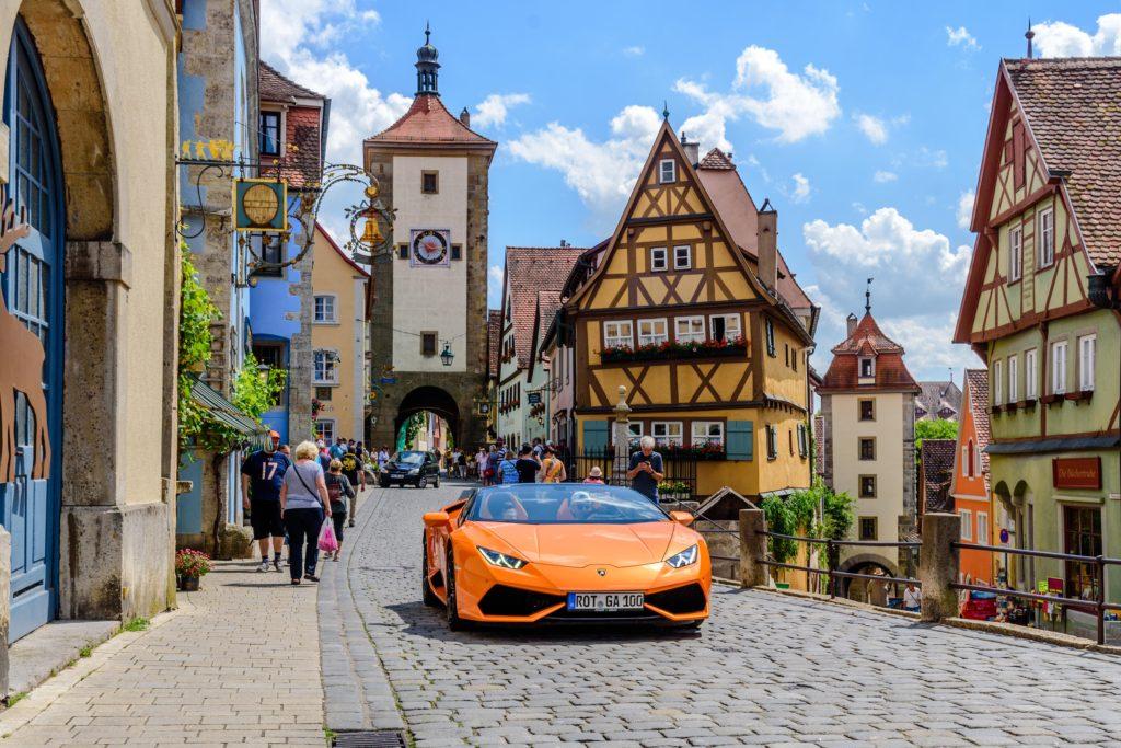 城門とスポーツカー