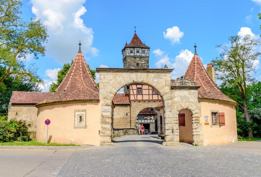 城門とレーダー塔