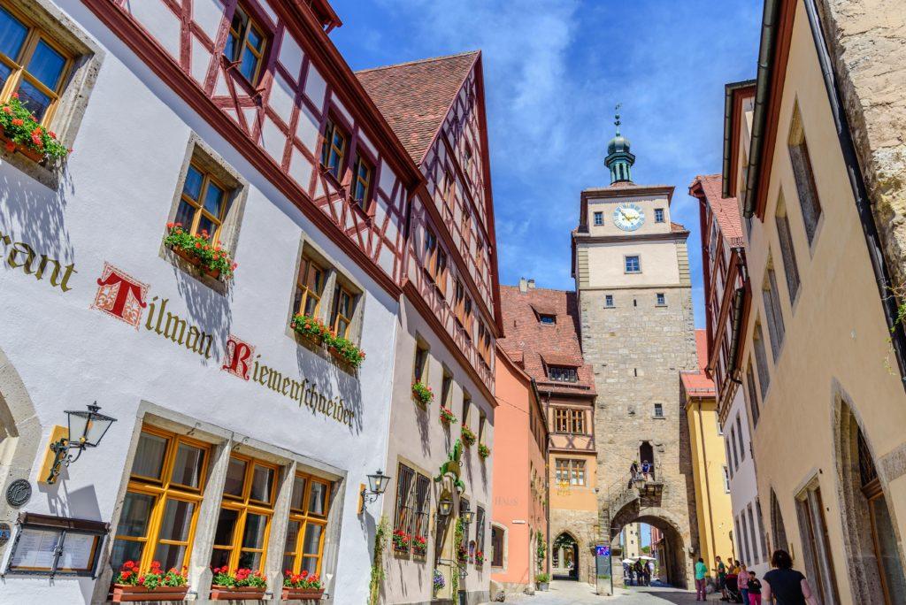 旧市街の家屋と白い塔