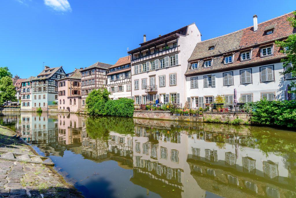運河沿いの家屋