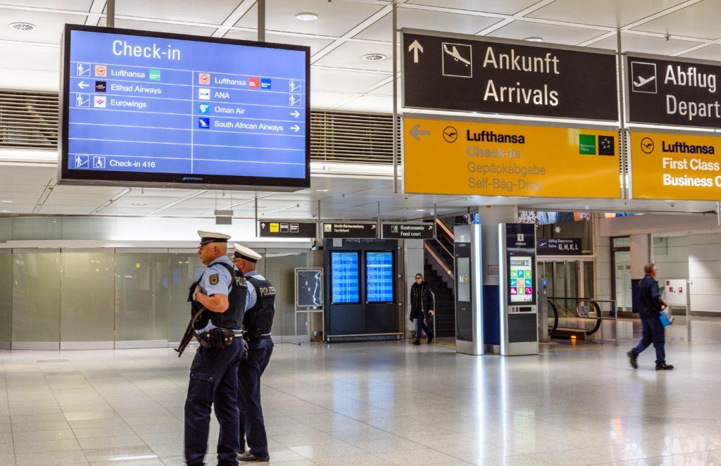 空港で警備する警察