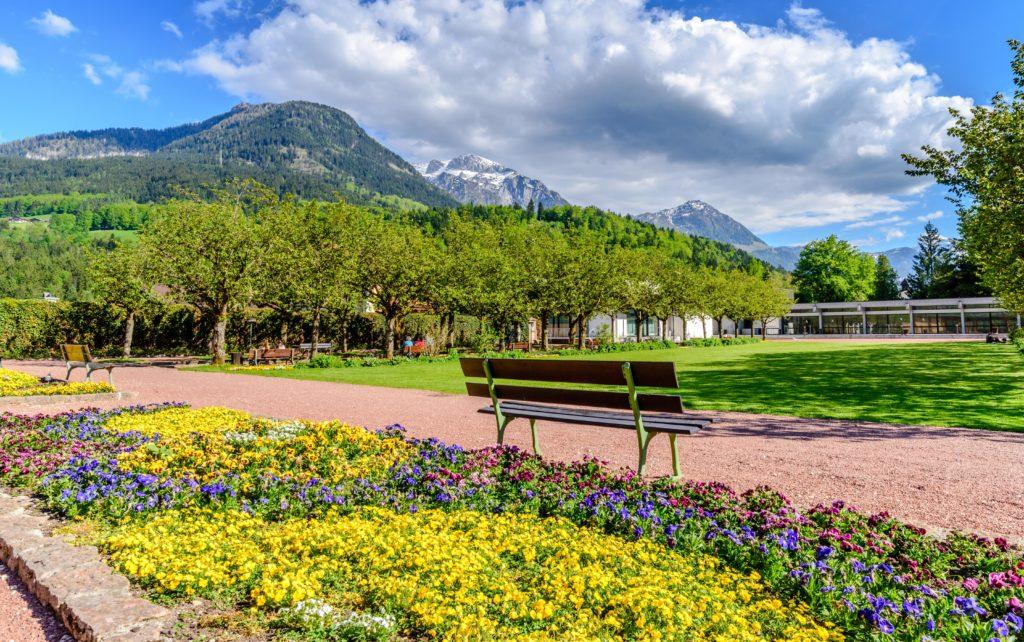 花壇と公園のベンチ