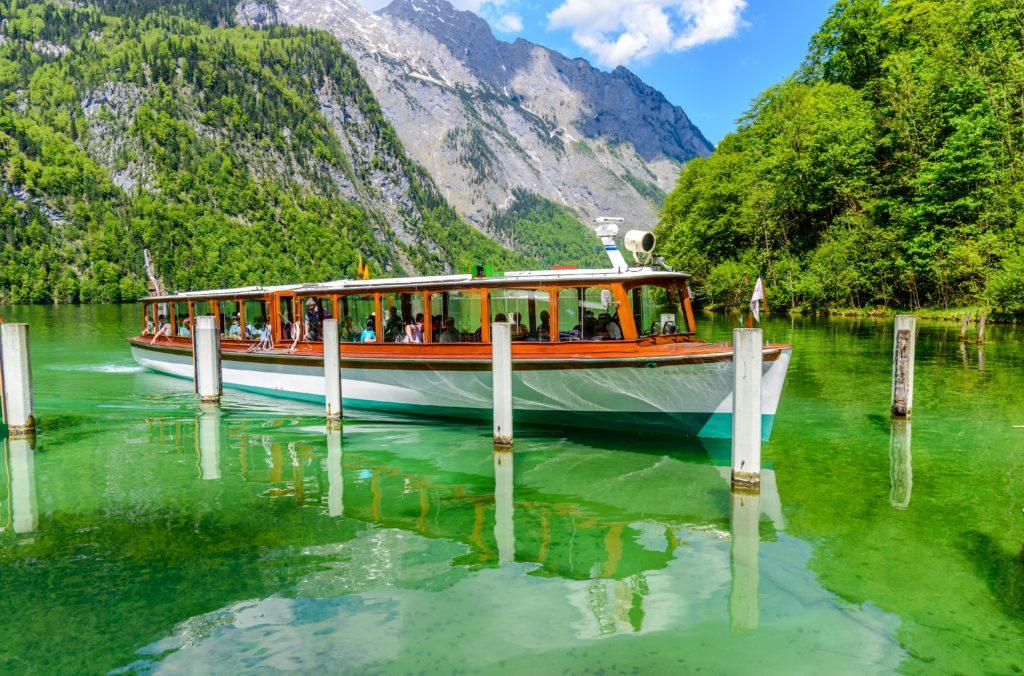 湖と観光船