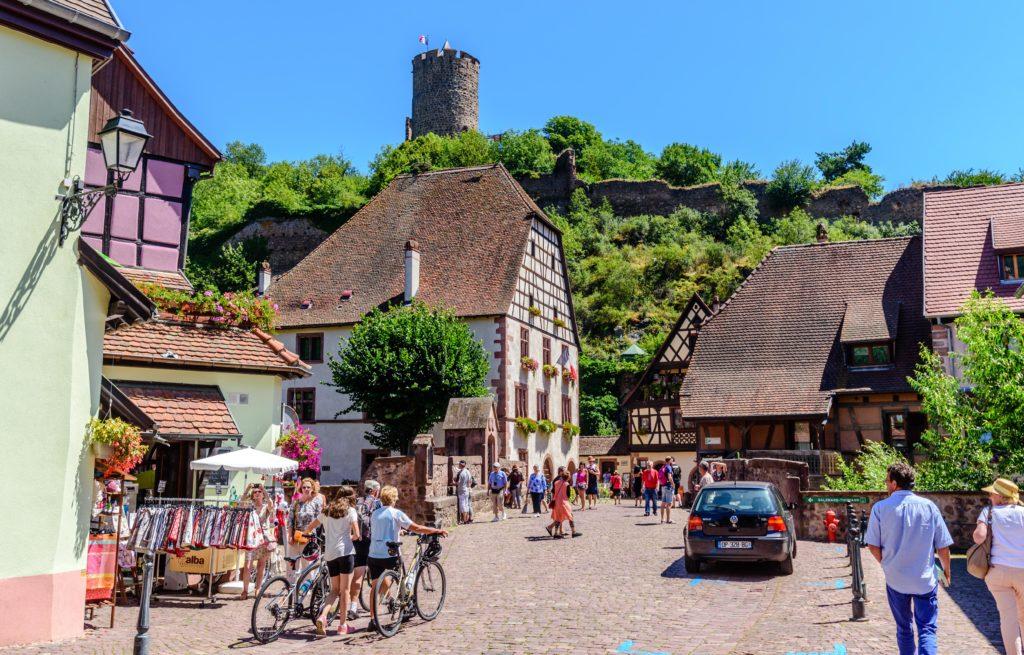 村の上に聳える要塞