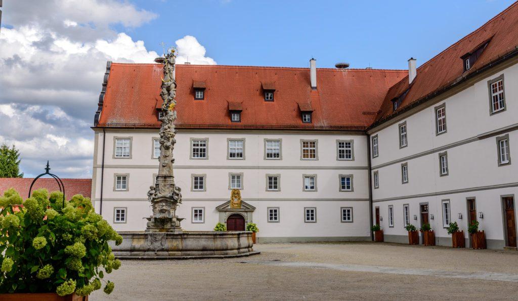 城の中庭と噴水