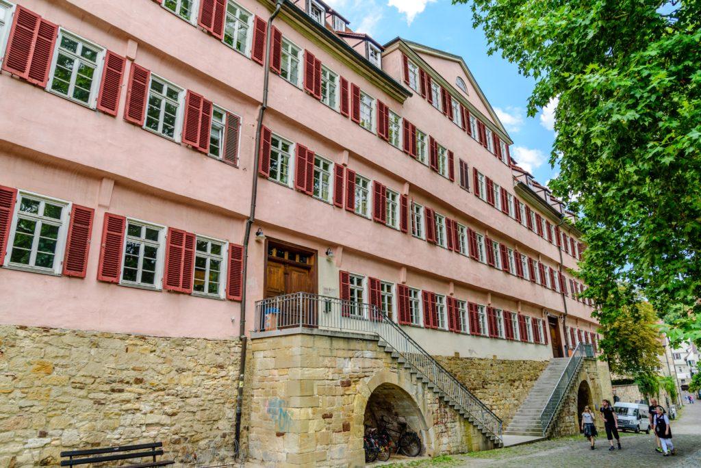 ピンク色の大きな建物