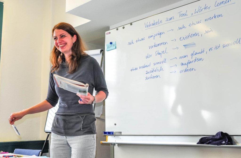 授業を行う女性講師