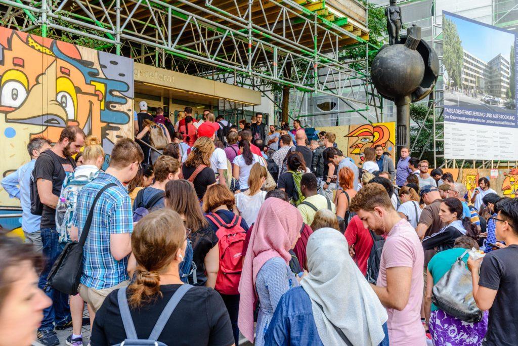 入り口の前で待っている大勢の外国人