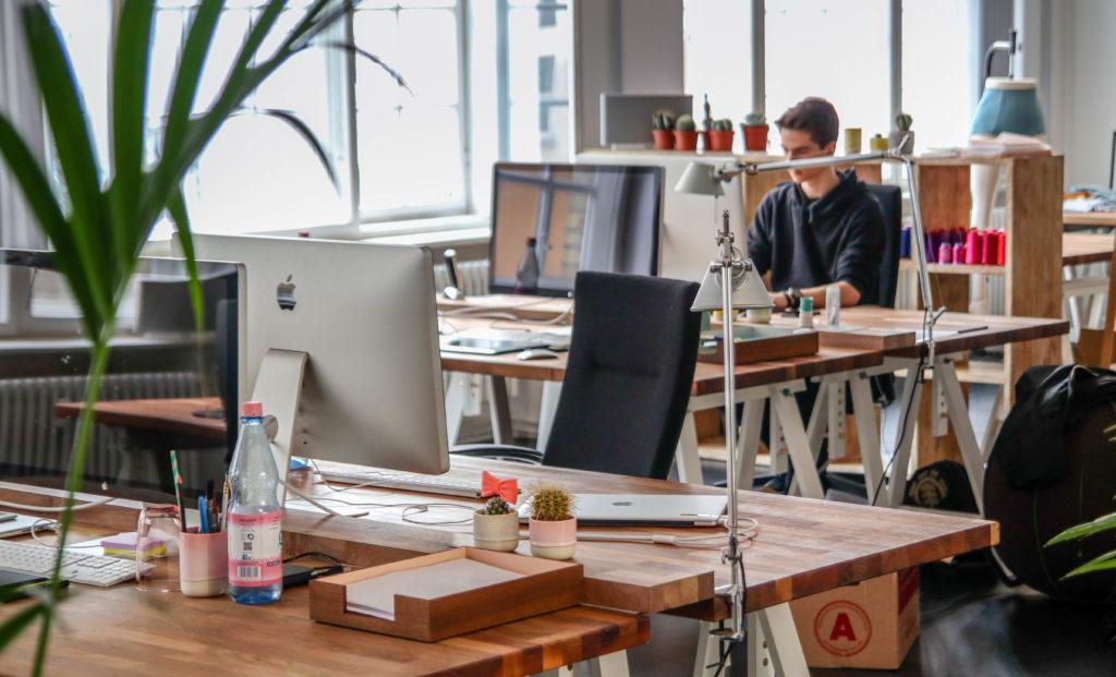 ドイツでアルバイト オフィスで働く人