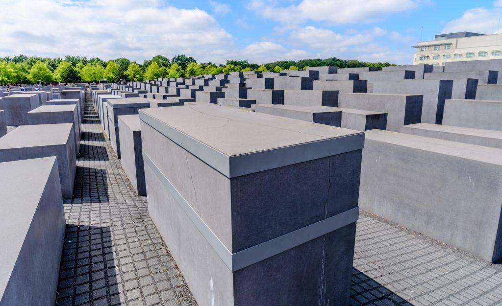ベルリン 真っ二つに割れた慰霊碑