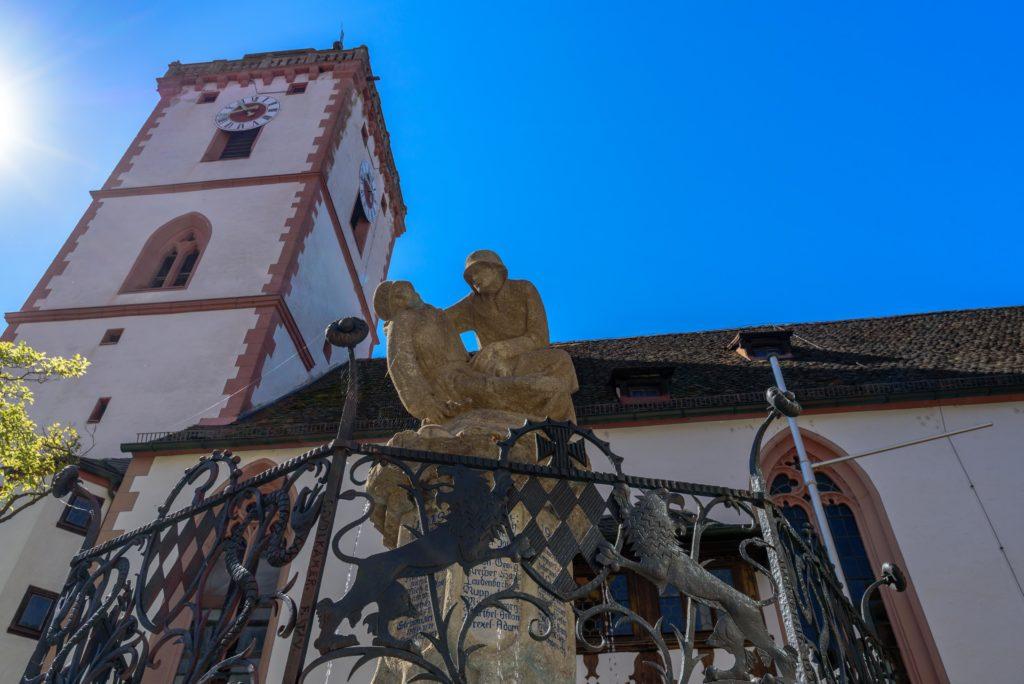 教会の尖塔と戦没者慰霊碑