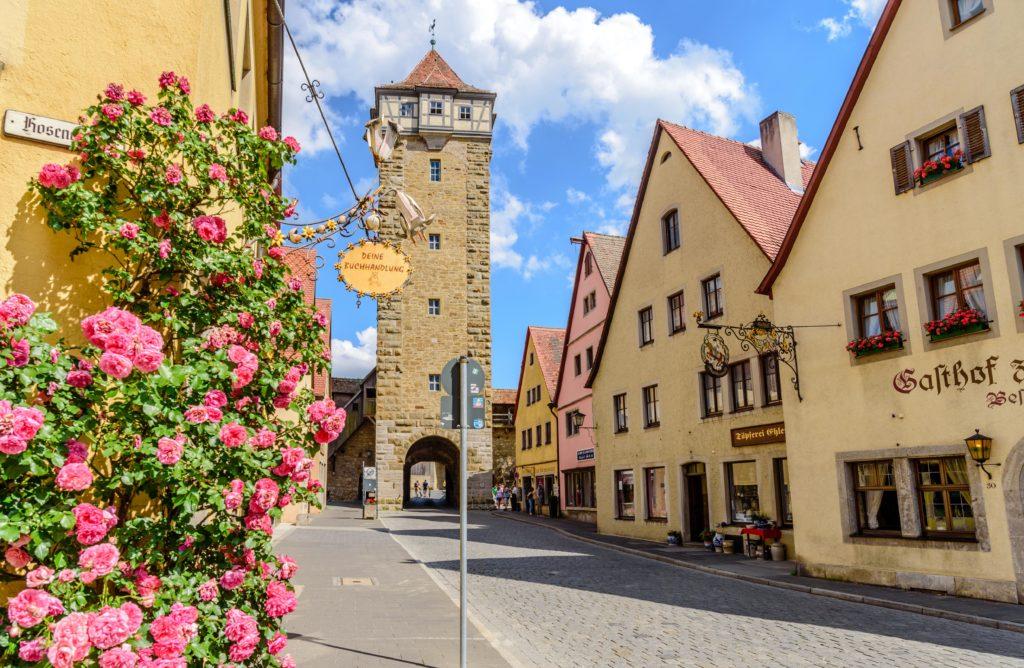 咲き乱れる花と絞首塔