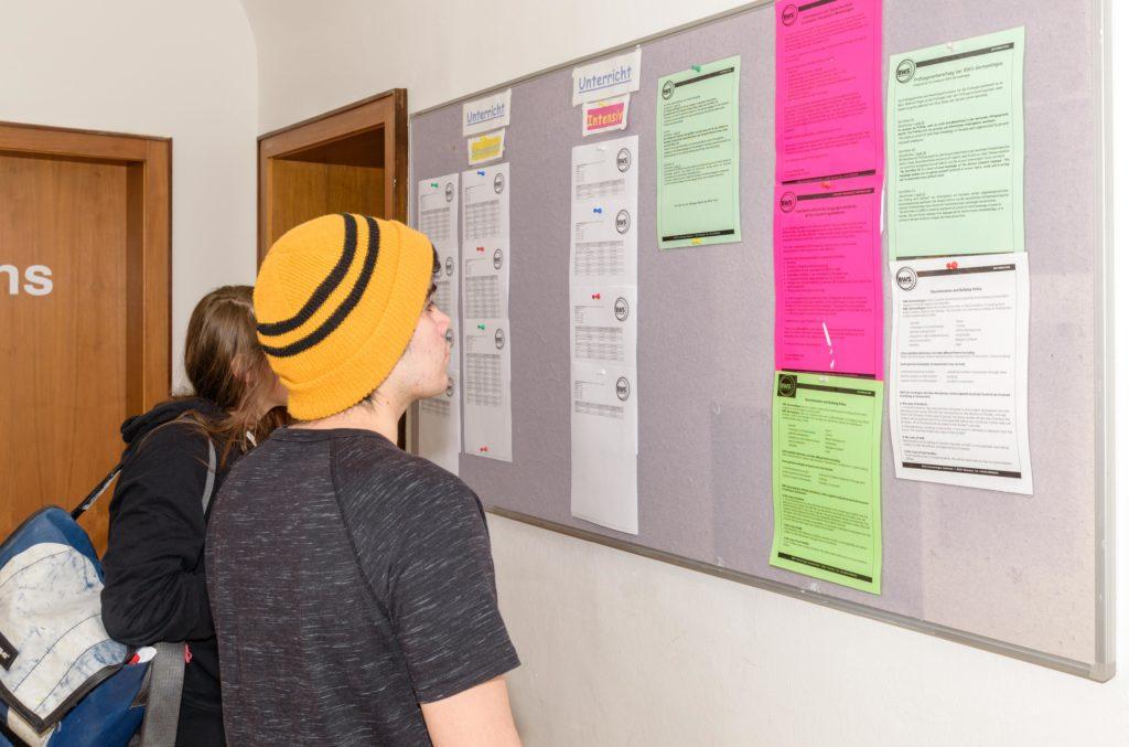失敗するドイツ留学 語学学校の掲示板をみる生徒