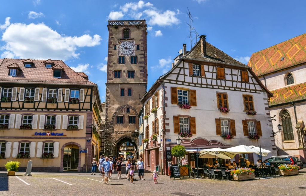 肉屋の塔と両脇の綺麗な家屋