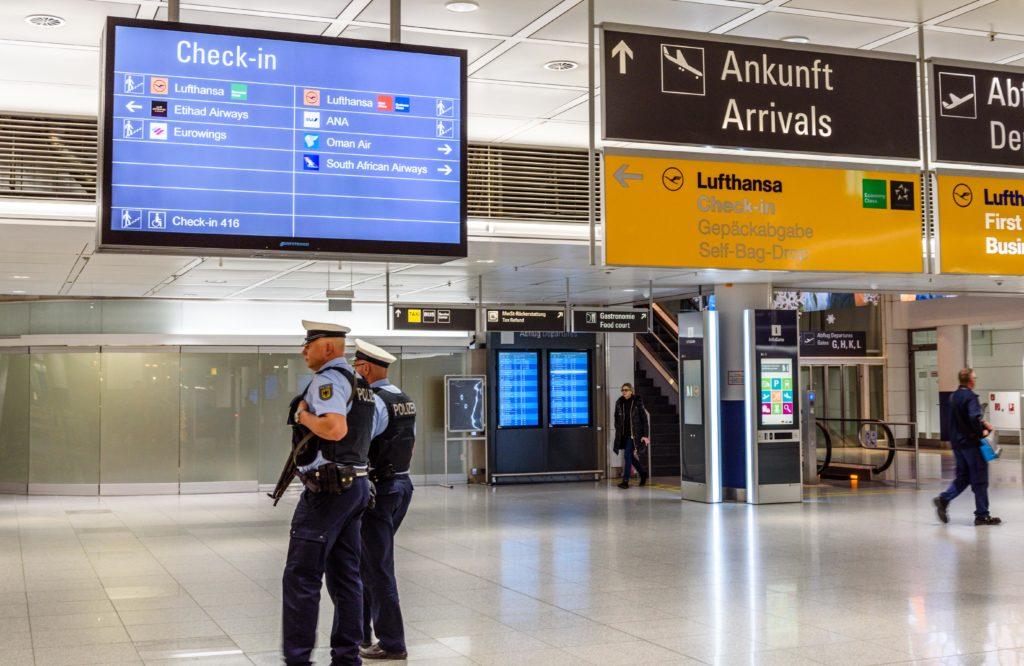 空港を警備する警察官