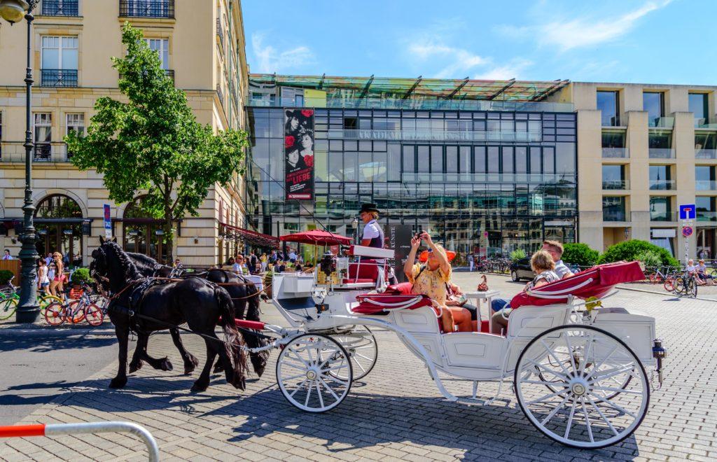 ベルリン 馬車に乗って観光する観光客