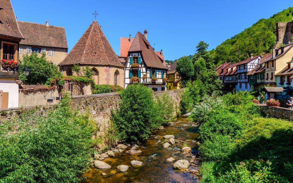カイザースベルク 小川の脇の絵のような家屋