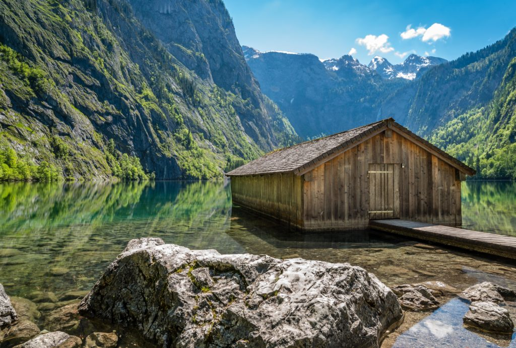 湖に佇む小屋