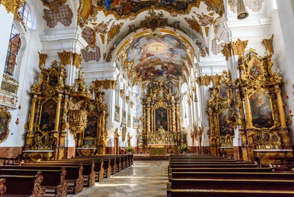 聖十字架教会の豪華絢爛な内部