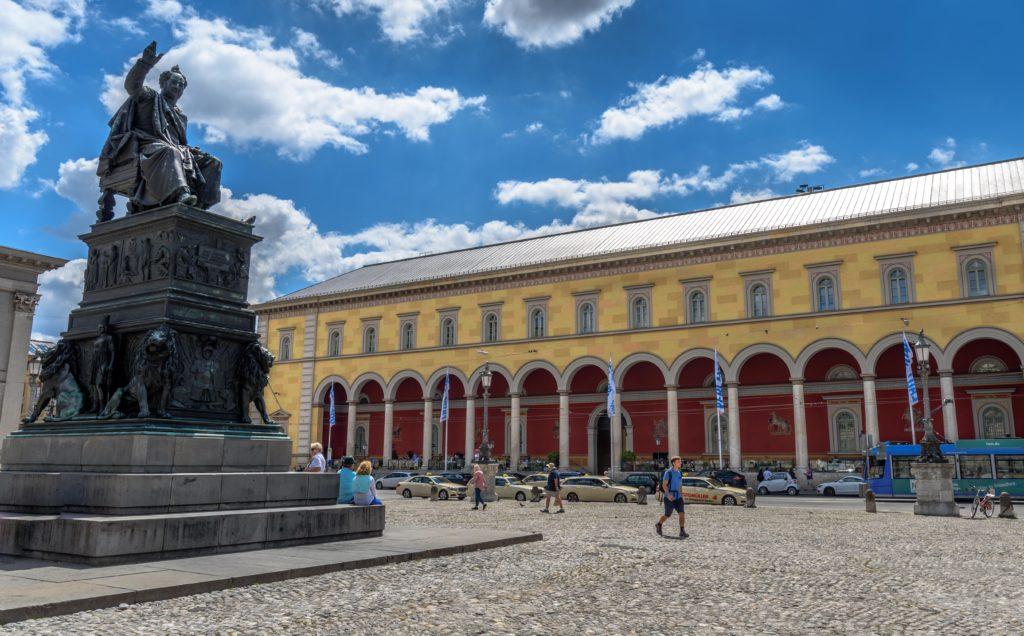 銅像と旧市街の劇場