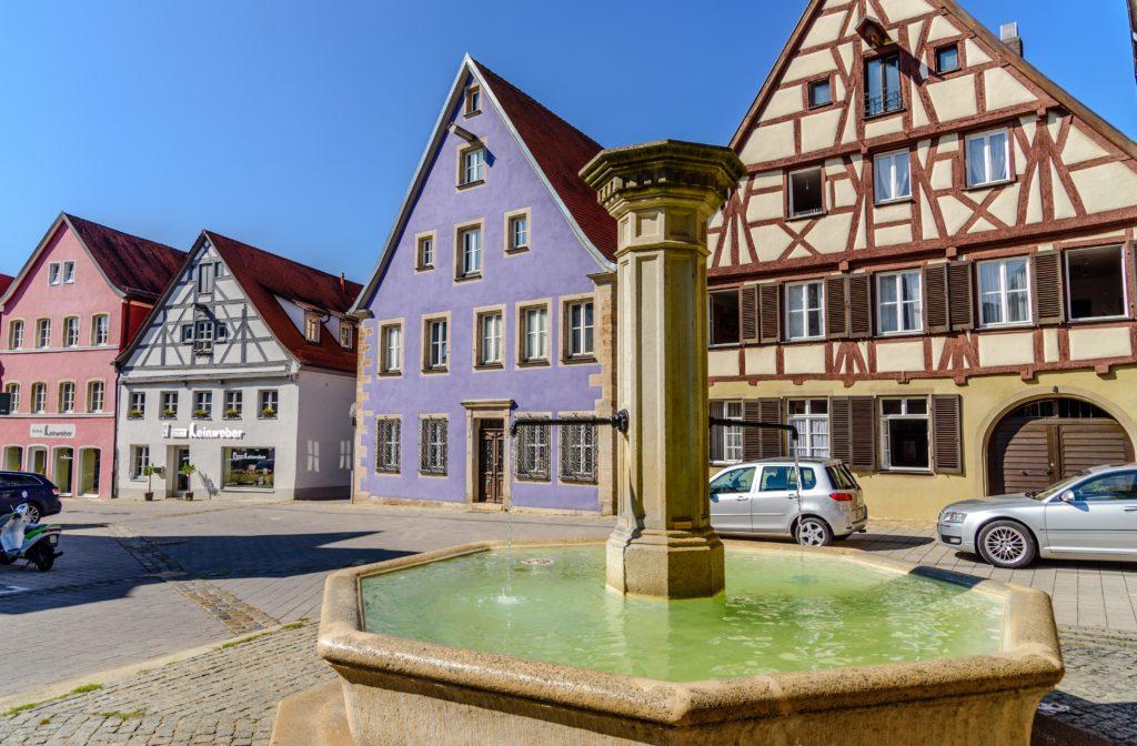 ヴァイセンブルク 噴水と家屋