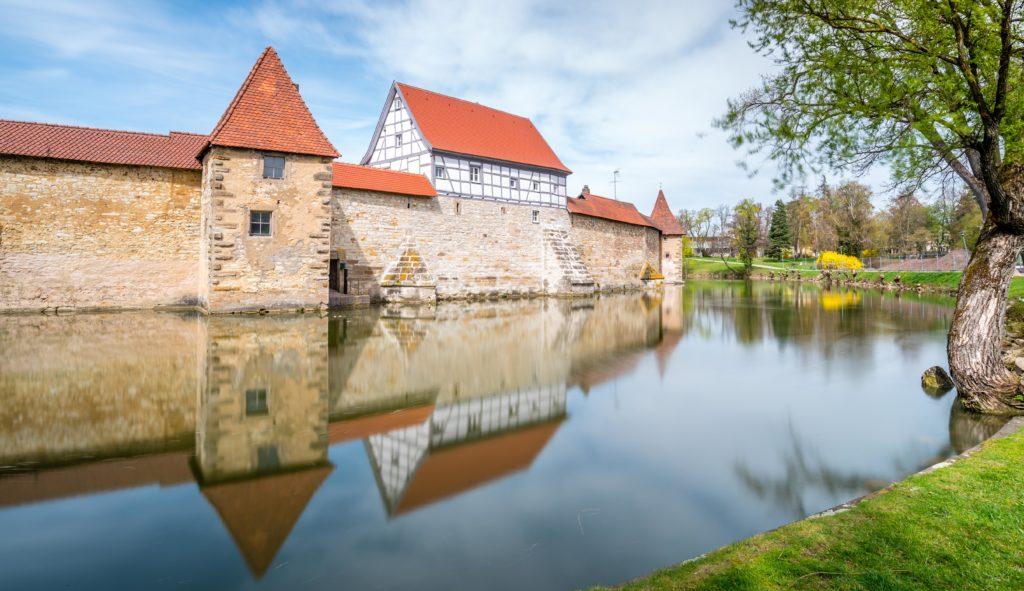 ヴァイセンブルク お堀に写る城壁