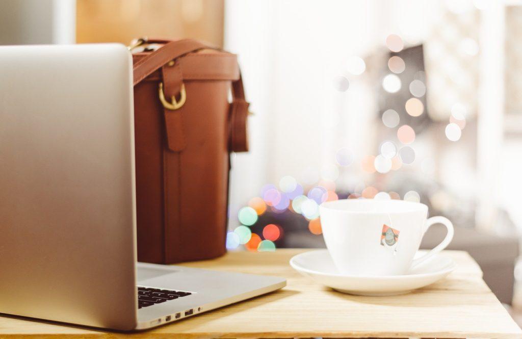 ドイツ入国制限 パソコンとコーヒーカップ