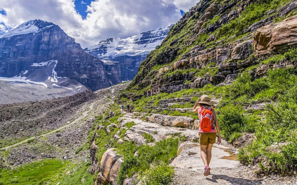 休暇中に山歩きをする女性