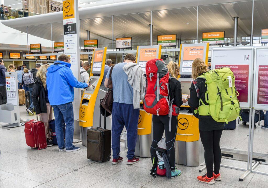 空港チェックインカウンターの旅行者