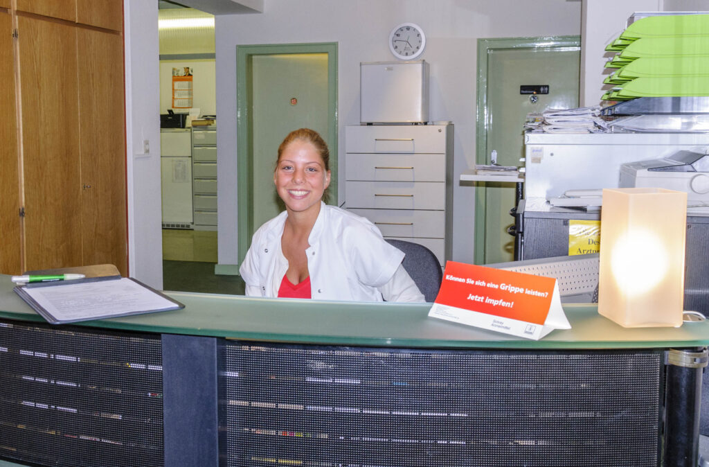 Care Expatriate 診療所受付の女性