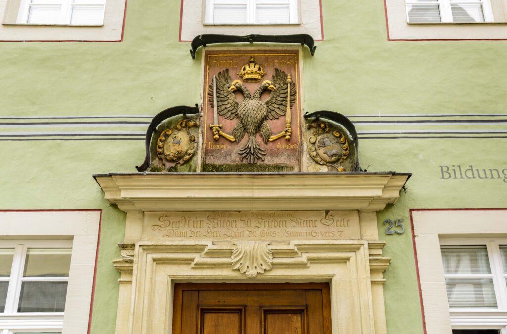 入り口の紋章