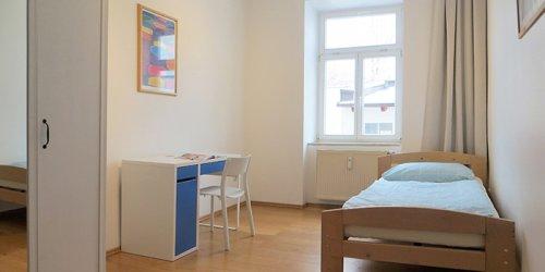 BWS Germanlingua Berlin 学生寮のシングルルーム、ベット、机、いす
