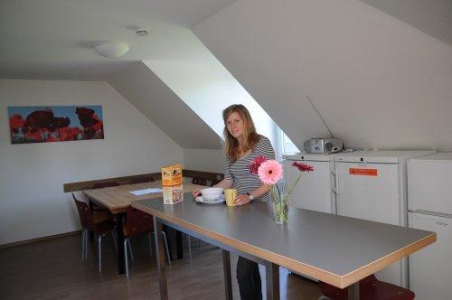 dialoge / デイアロゲ キッチンを食事をとる女性