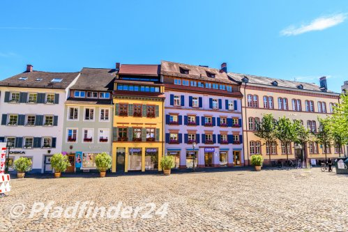 石畳みの広場と昔の綺麗な建物群