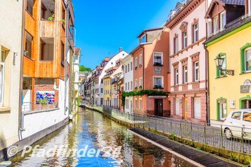運河沿いの並ぶ家屋
