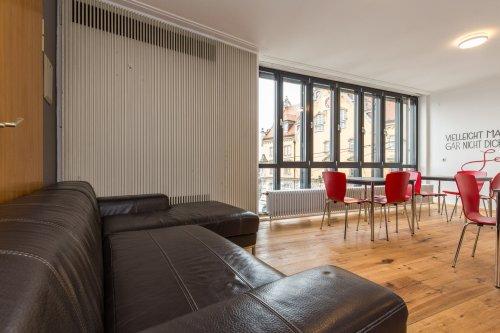 dialoge / デイアロゲ 学生ホテルキッチンのソファーと椅子