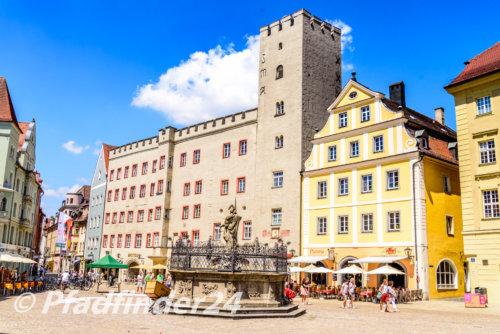広場に建つ中世の建造物