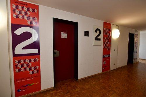 学生寮廊下とドア